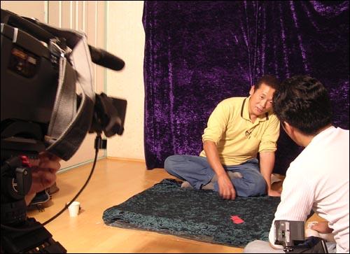 케이블방송 촬영팀이 장병윤씨를 인터뷰하고 있다. 케이블방송 촬영팀이 장병윤씨를 인터뷰하고 있다.
